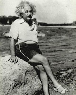 Albert Einstein. En la playa con calzado de señora (¿Será de Elda?)