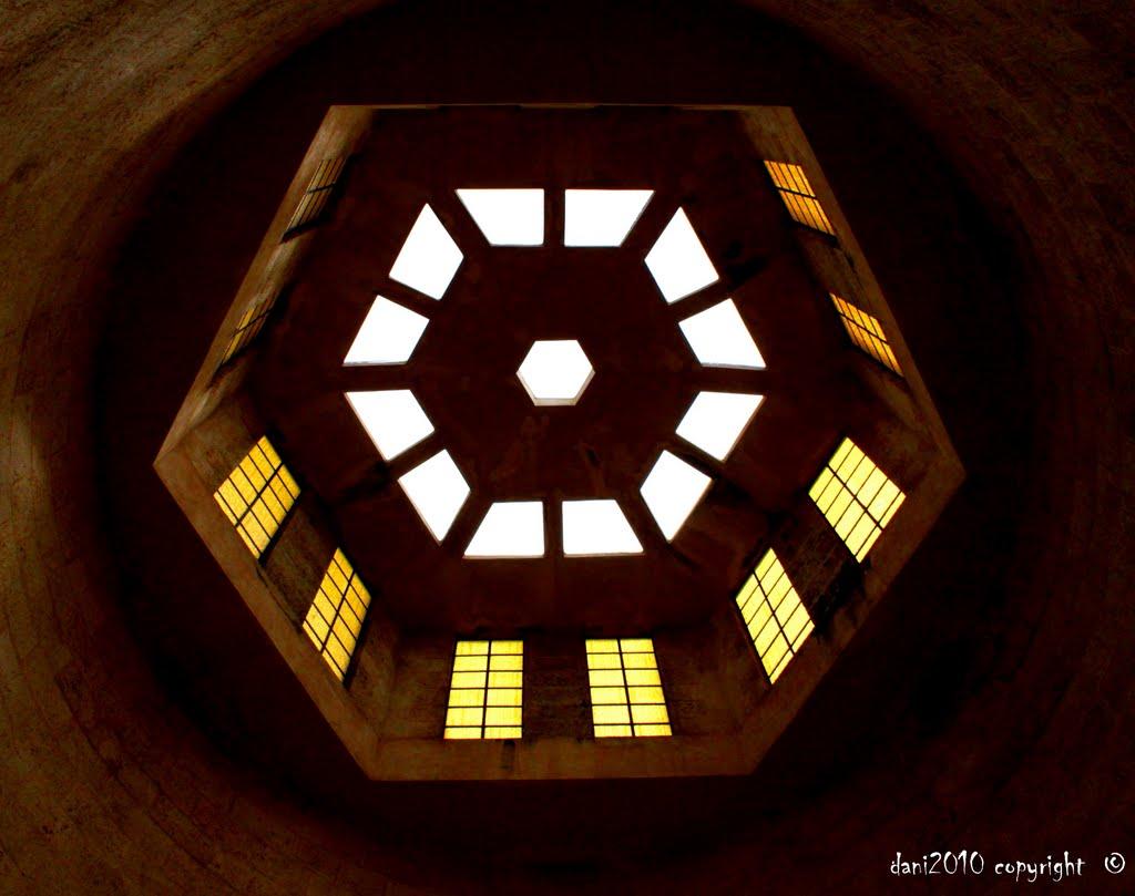 Y si miramos arriba, veremos la cúpula hexagonal del mausoleo de José Martí