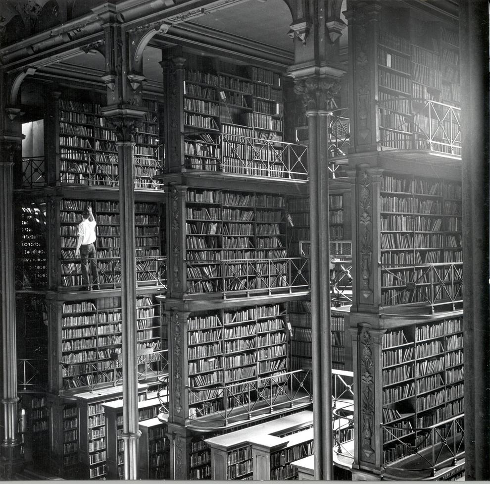 Uno de los grandes nichos de libros de hierro fundido que se alineaban en la Sala Principal.